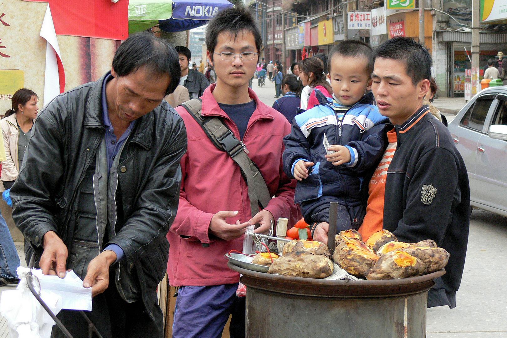 Stehbüffets in den Straßen von Kunming