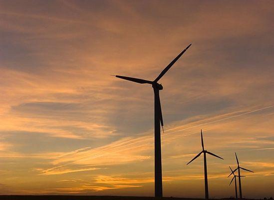 stehende windrotoren im sonnenuntergang