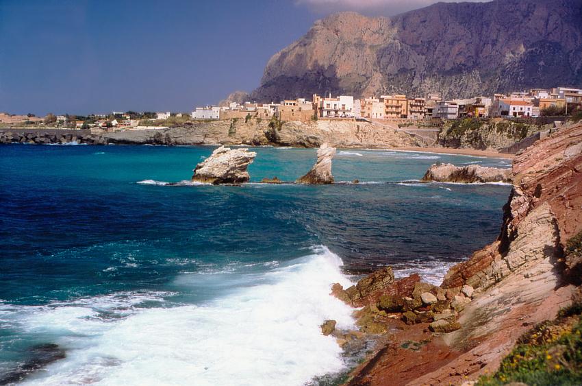 Steilküste am Meer bei Terrasini