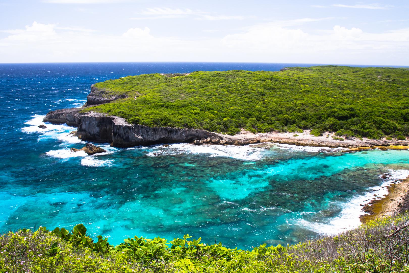 Steilküste auf Guadeloupe