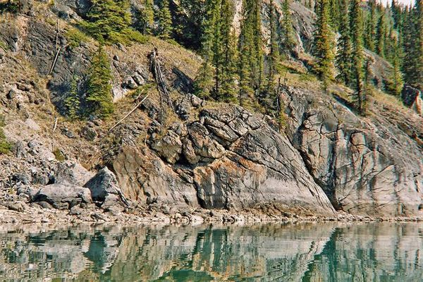 Steilufer auf dem Lake Laberge(Yukon)