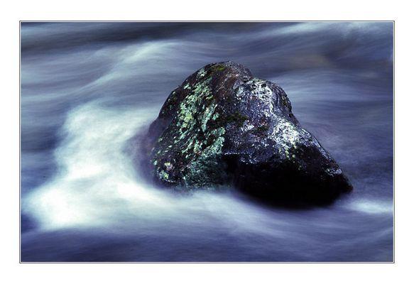 Stein im Wasser