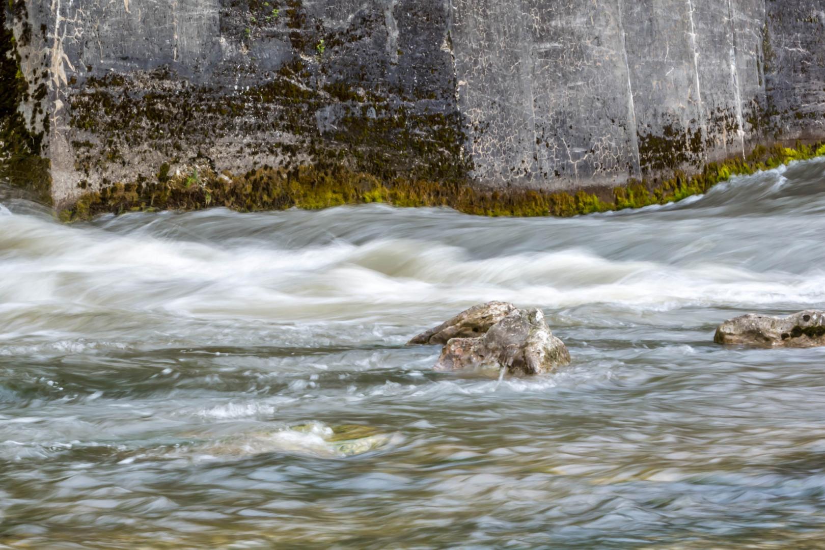 Stein in kleiner Staustufe der Isar