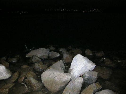 Steine im Rhein bei Nacht