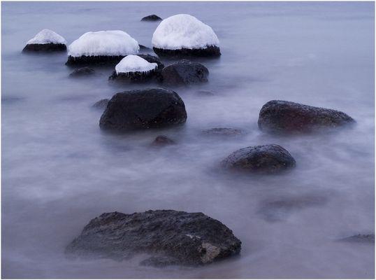 Steine im Wasser mit Eishaube bei -6°C
