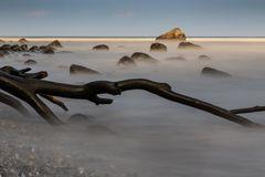 Steine im Wassernebel
