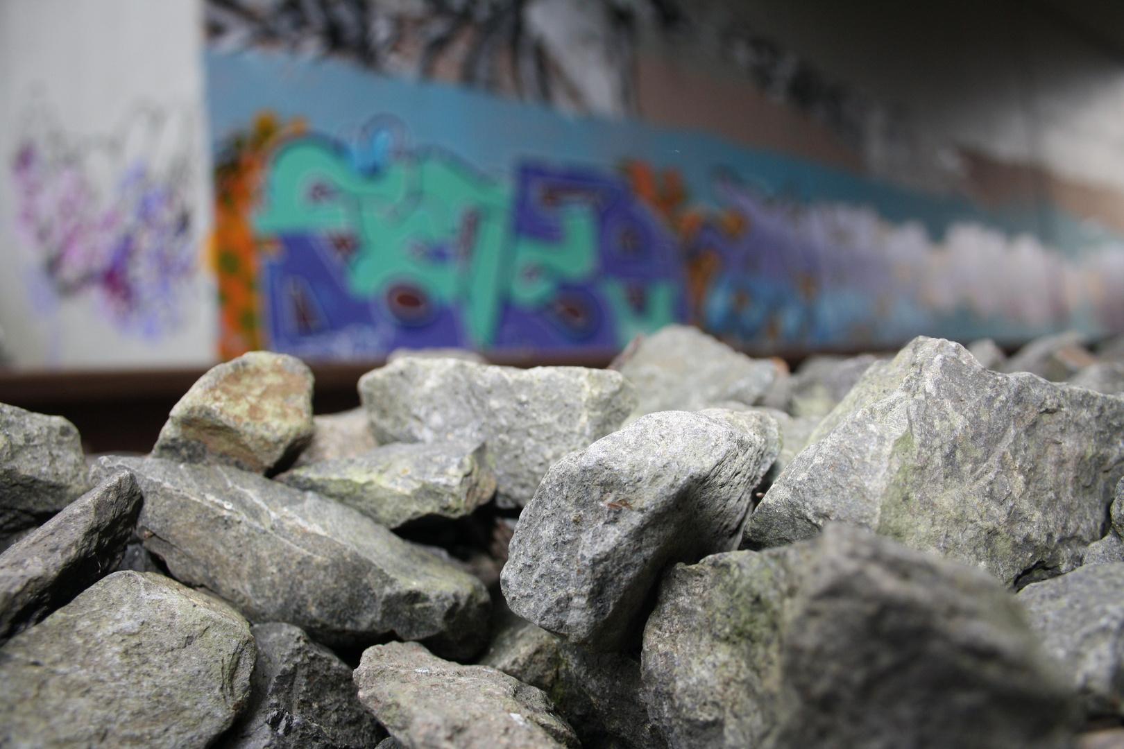 Steine ,Zuglinie, Graffiti