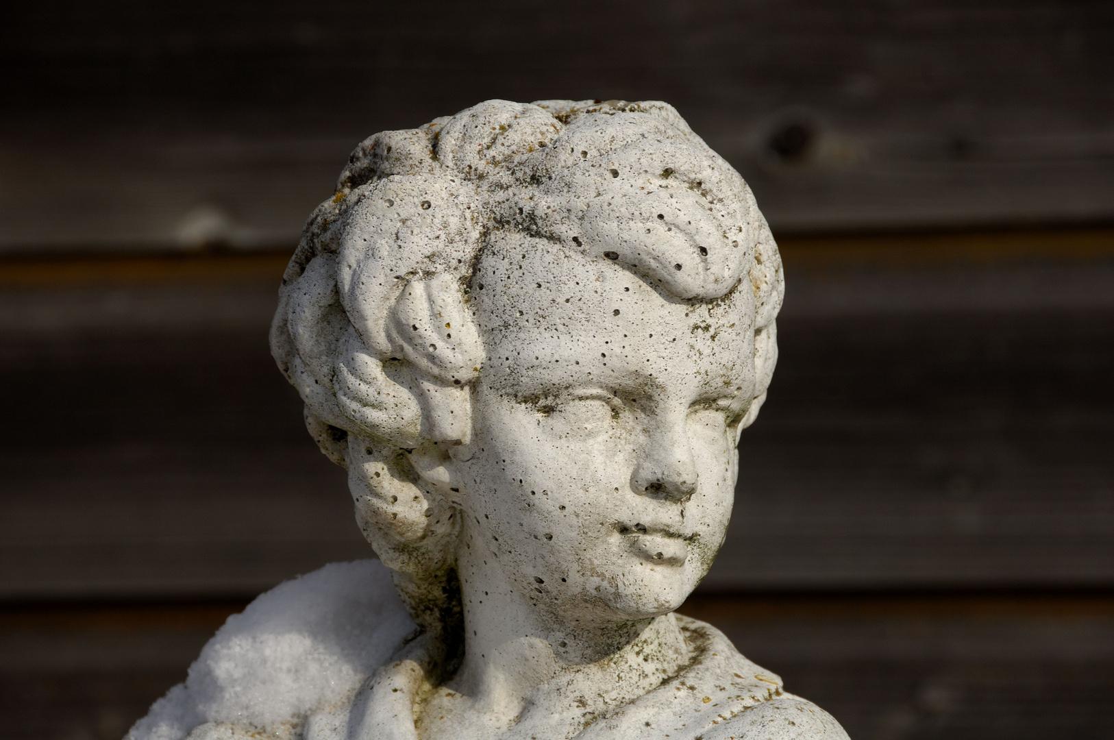 Steinfigur eines Antiquitätenhändlers
