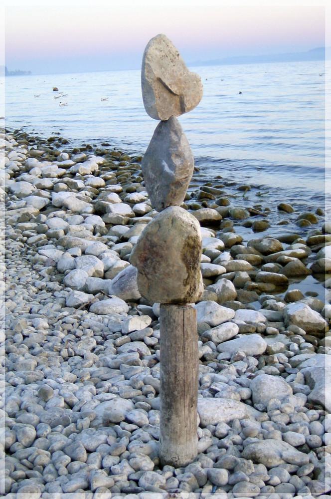 Steinkunst am Bodenseestrand