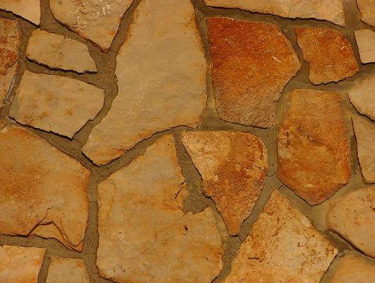 Steinmauer im Abendlicht