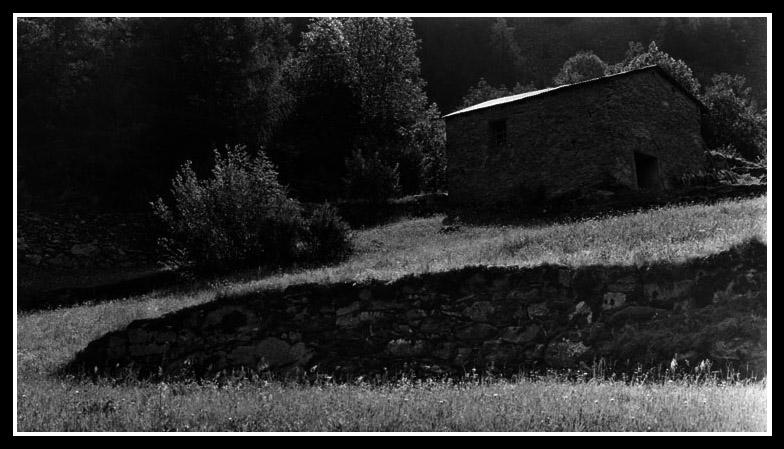 Steinmauer und Haus
