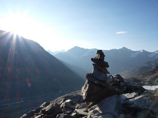 Steinmensch beim Sonnenaufgang