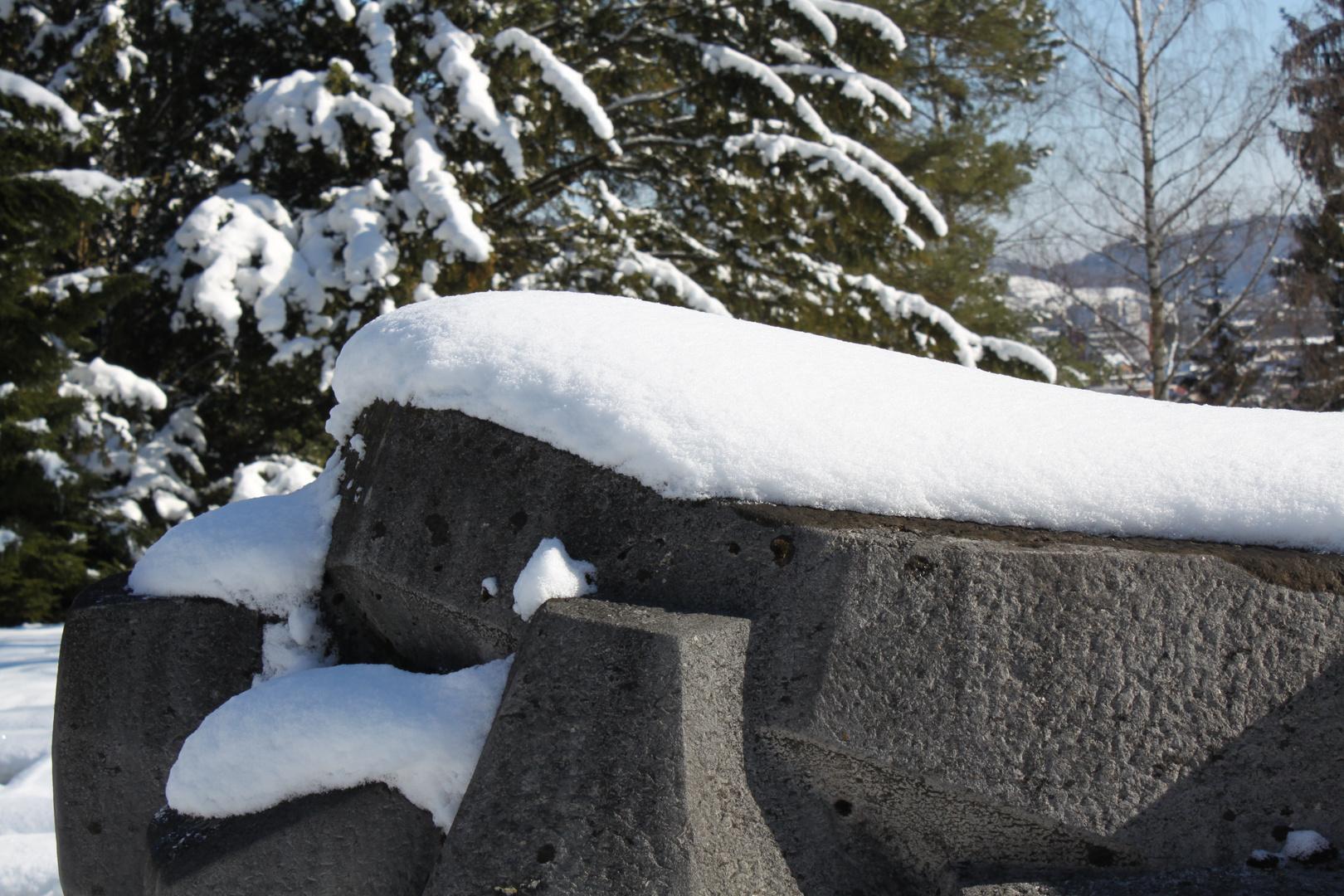 Steinskulptur im Winter