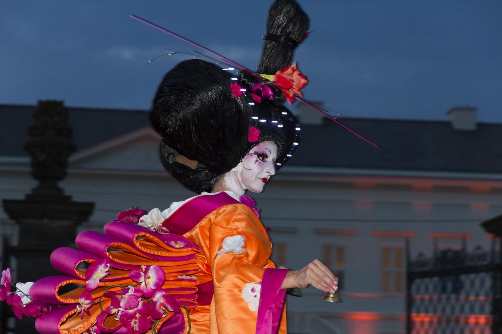 Stelzenfigur Geisha