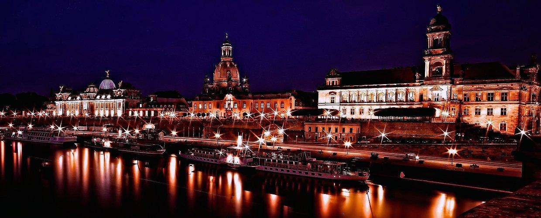 Sterne und Lichtermeer am Elbufer In Dresden