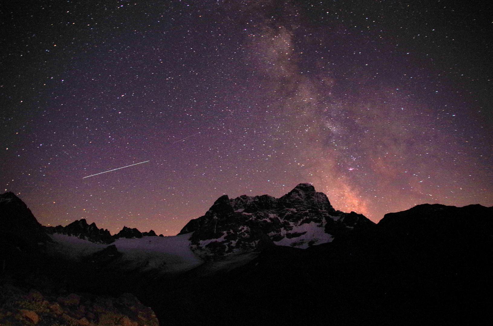Sternenhimmel über der Kesch-Hütte