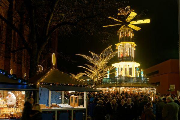 Sternschnuppenmarkt Glühweinstand Weihnachtspyramide
