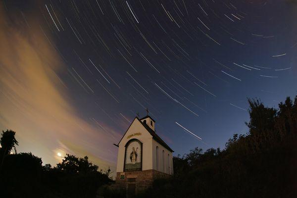 Sternstrichspuren über einer Kapelle