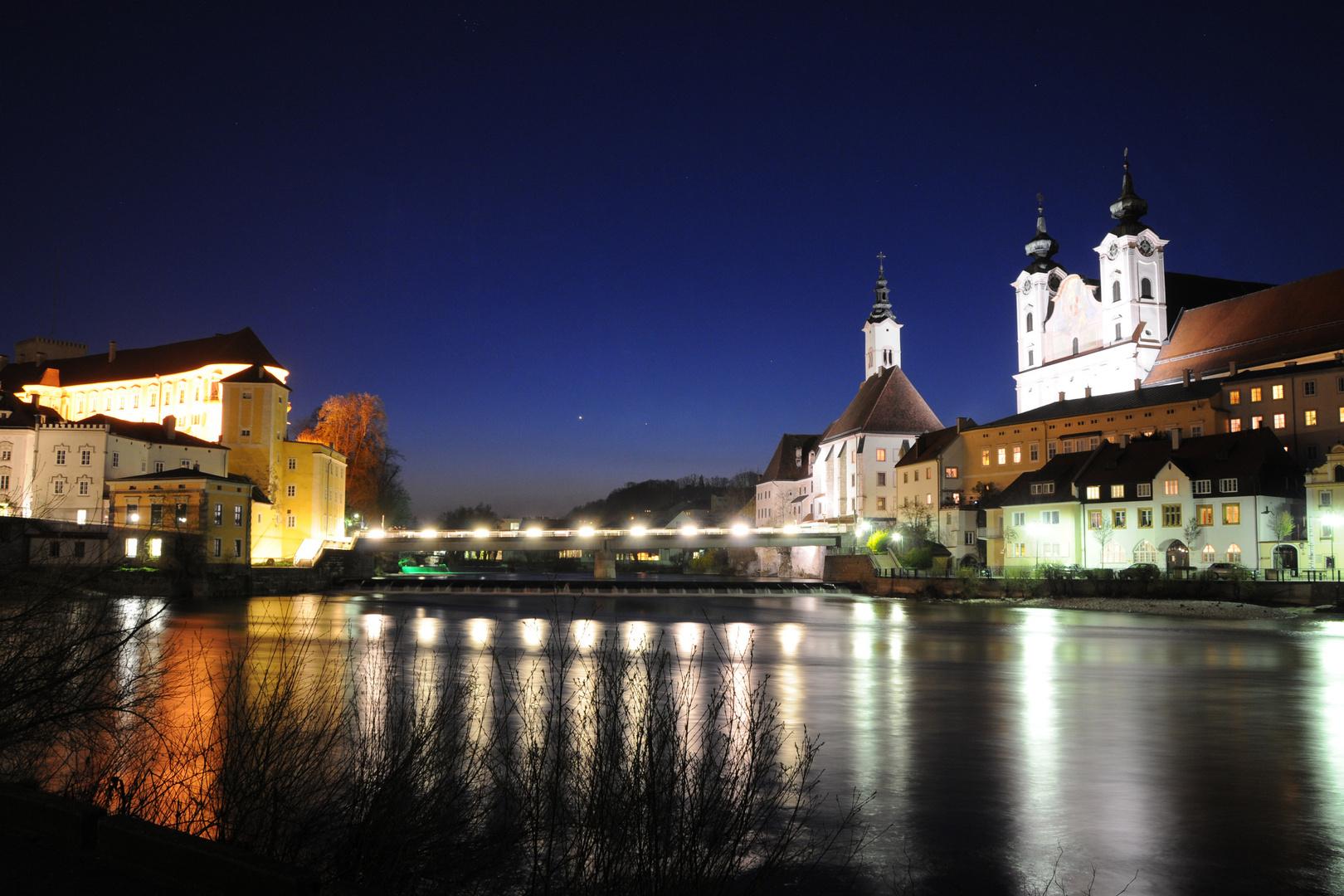 Steyrs Zwischenbrücken bei Nacht
