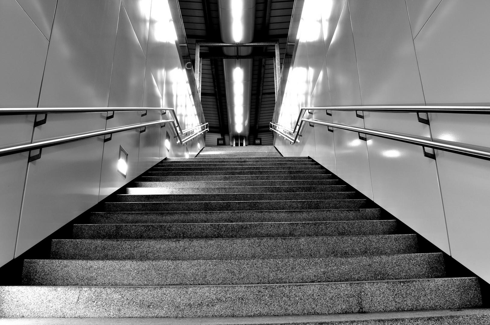 Stiegen zum Bahnsteig