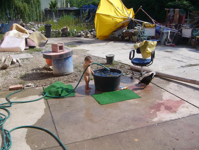 Stil-leben im Garten - das Bad im HInterhof wird eingelassen