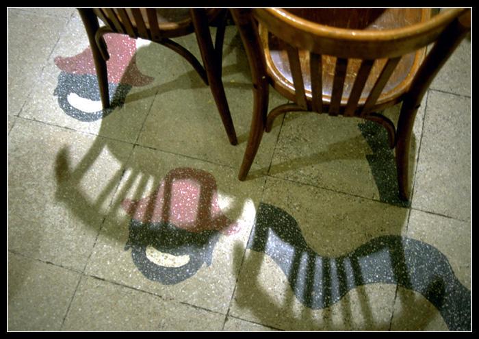 Stilleben mit Stühlen