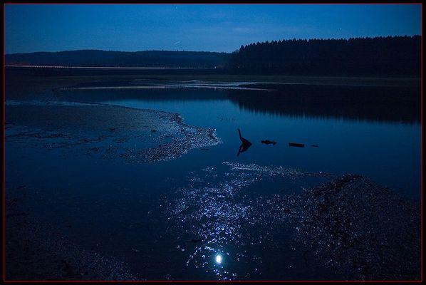 Stilles Wasser im Mondlicht
