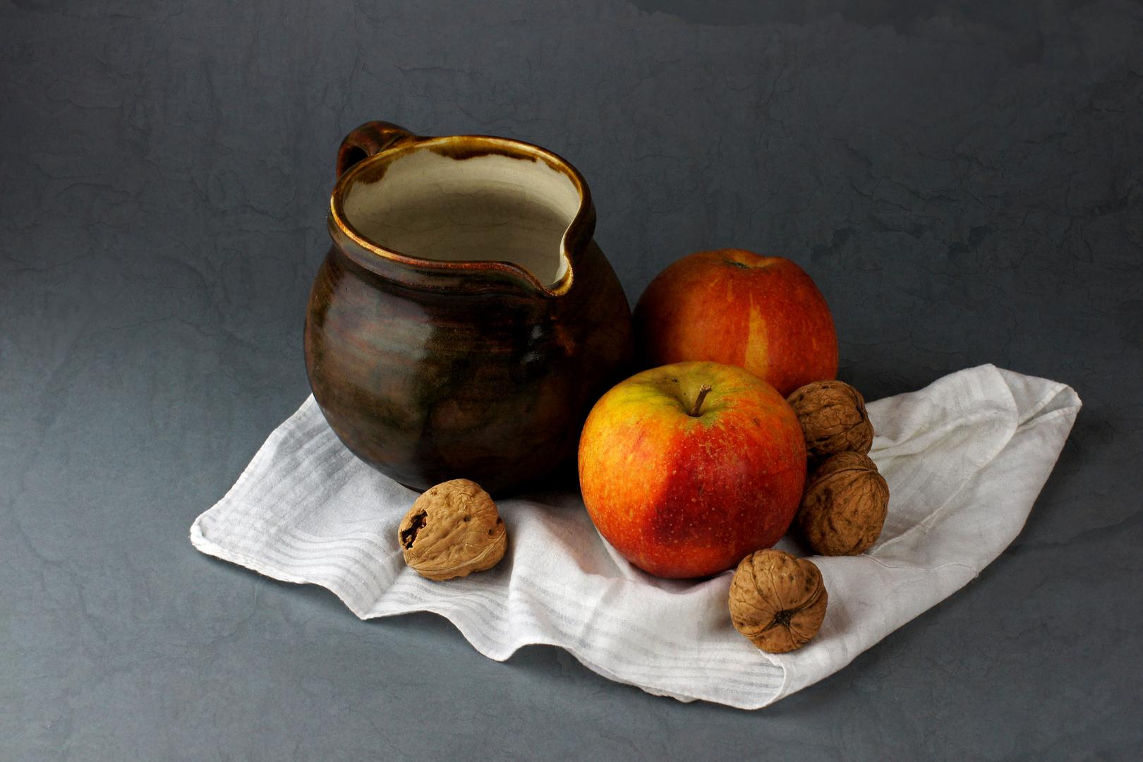 Stillleben mit Äpfeln und Nüssen