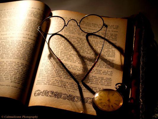 Stillleben mit Brille, Buch und Taschenuhr