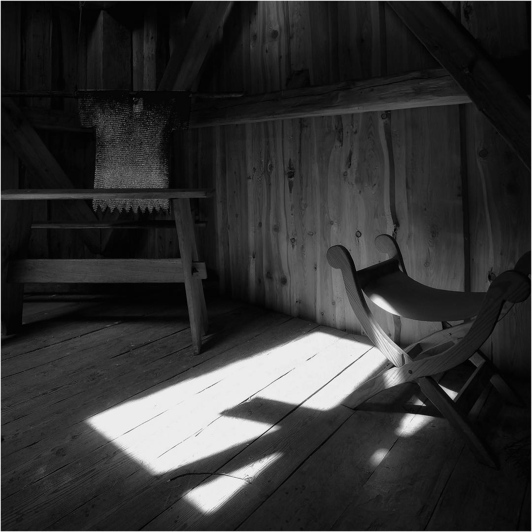Stillleben mit Stuhl und Kettenhemd