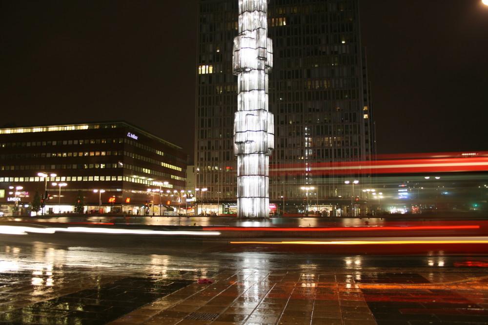 Stockholmer Obelisk bei Nacht