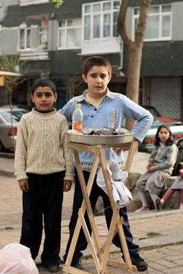 Stolze Muschelverkäufer in Koca Mustafa Pasa