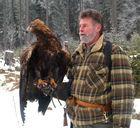 Stolzer Adler und stolzer Falkner