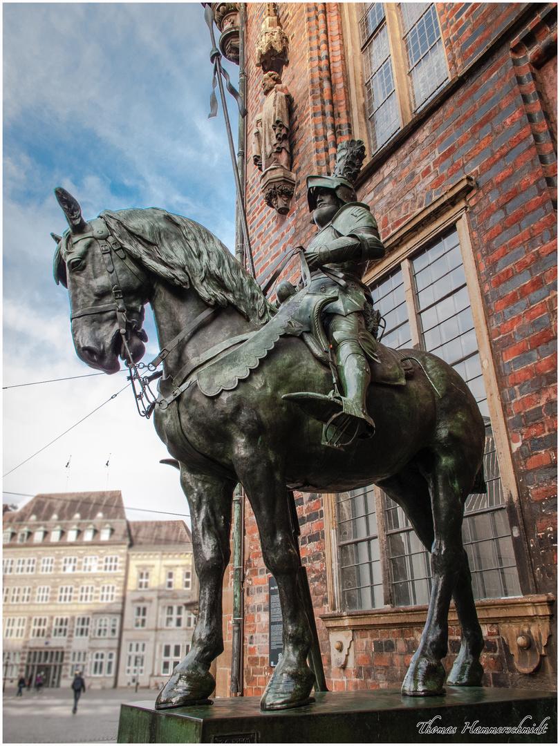 Stolzer Ritter neben dem neuen Bremer Rathaus
