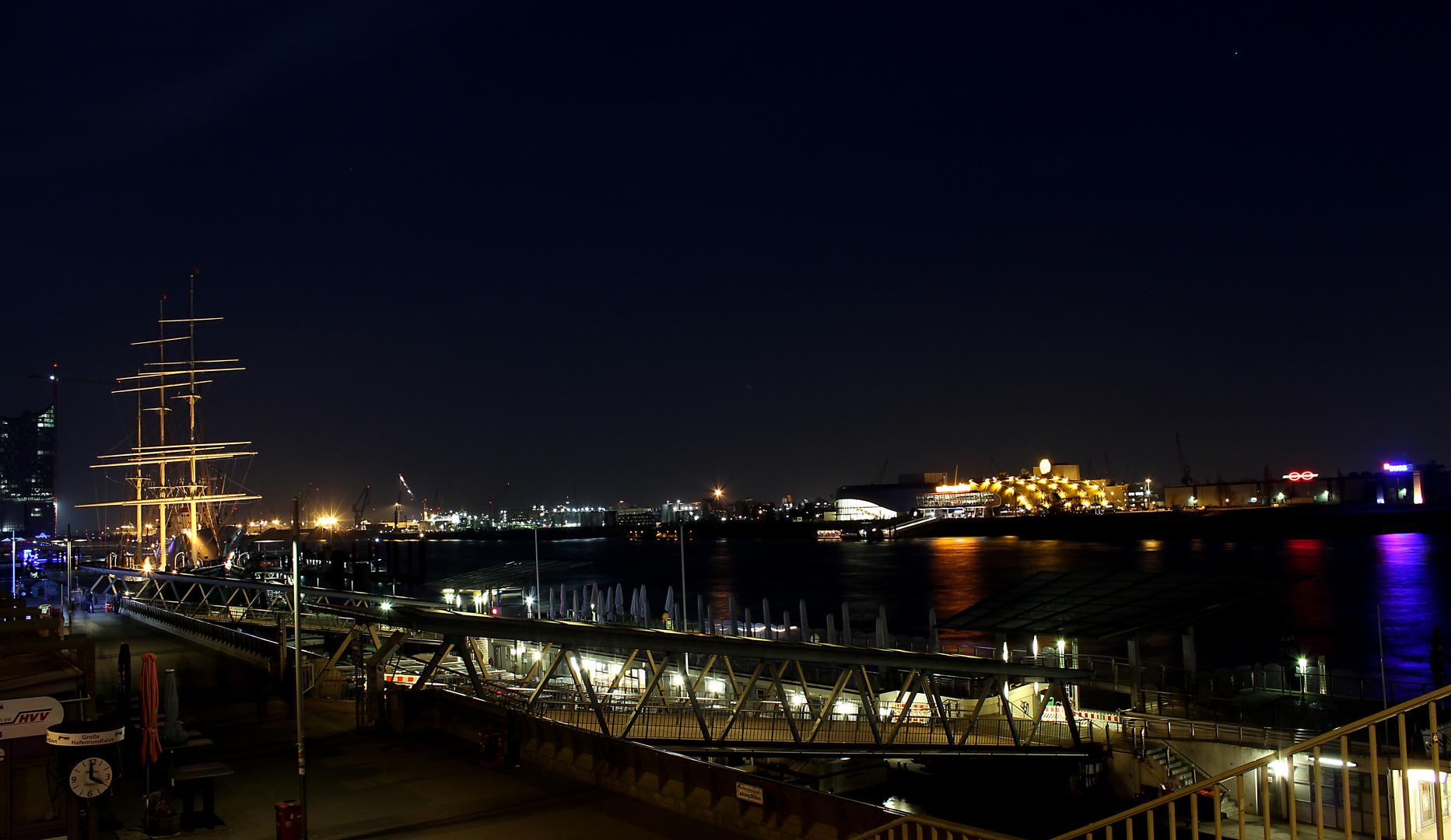 St.Pauli - Landungsbrücken by Nacht