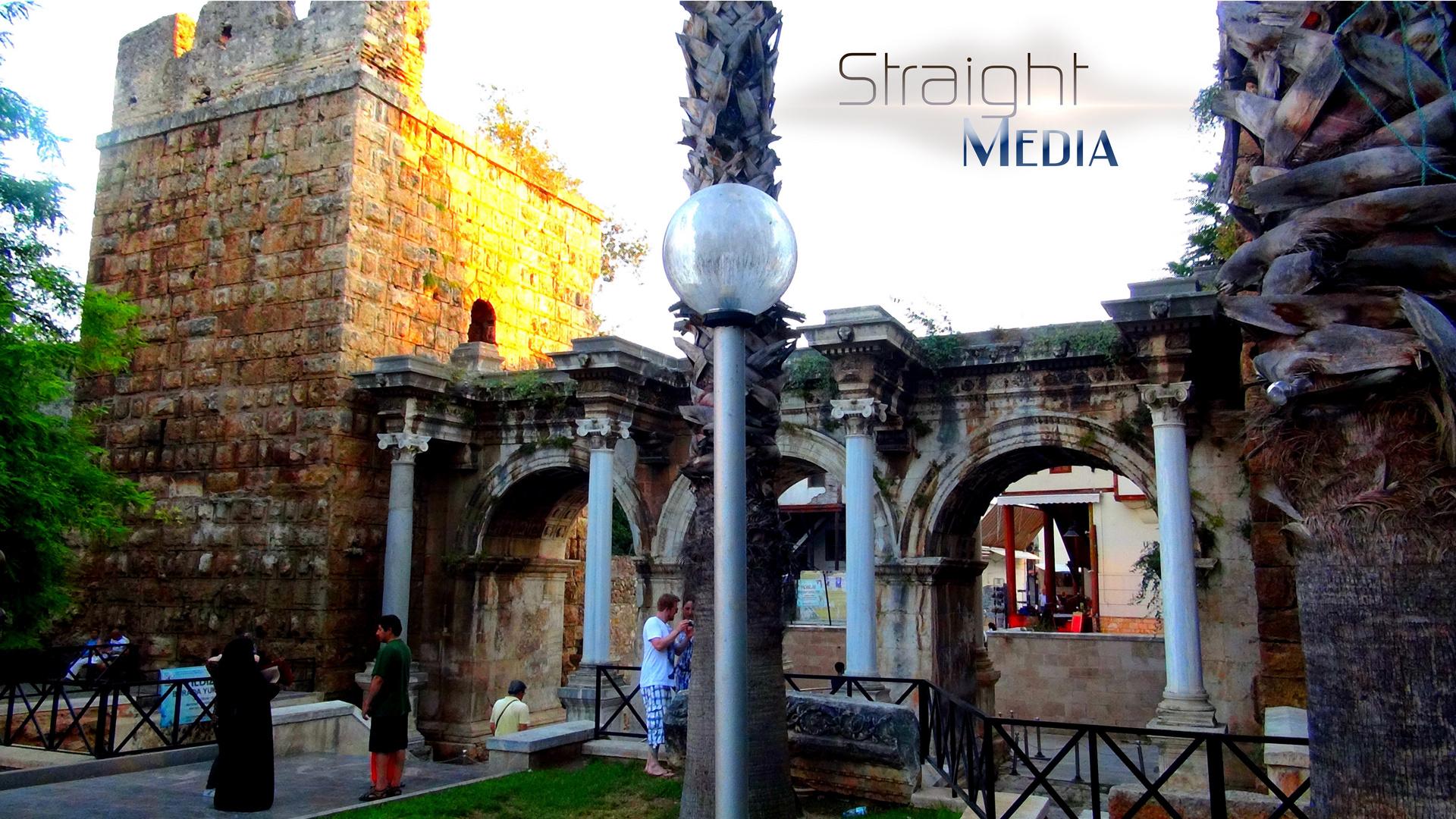Straight Media ©