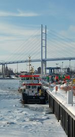 Stralsunder Südhafen mit Rügenbrücke