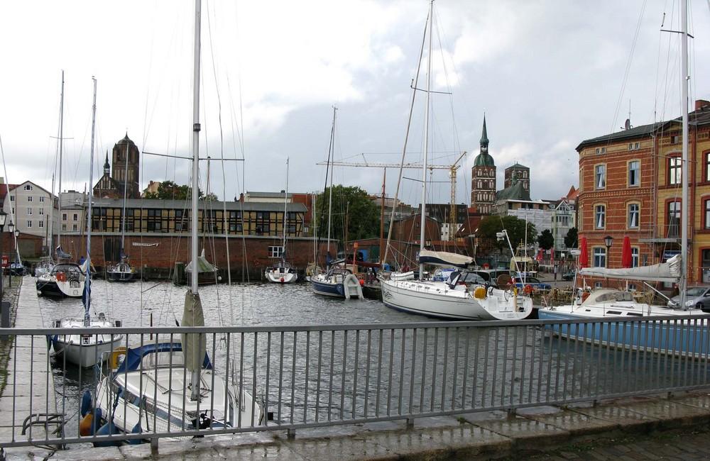 Stralsund.Li. St. Jakobi und re. die Nikolaikirche.
