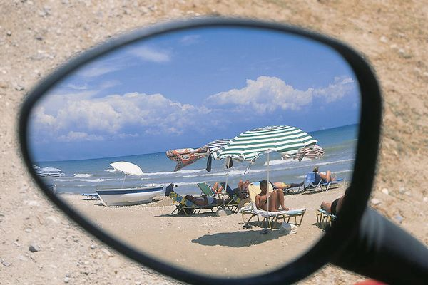 Strand im Autospiegel