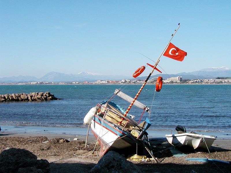 Strand in Side mit Fischerboot