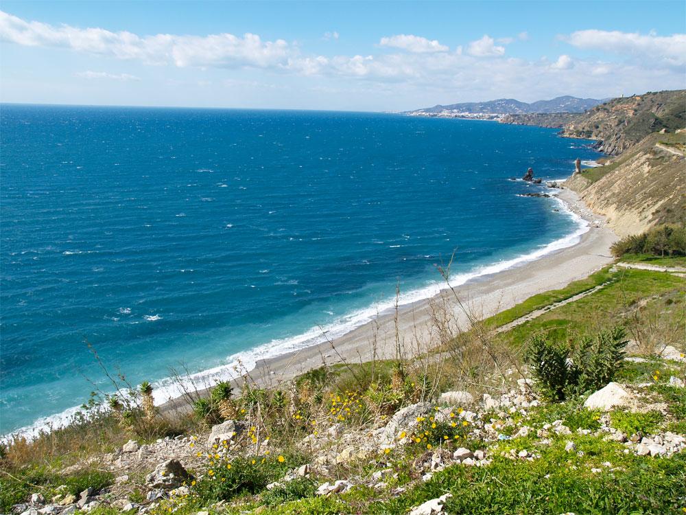 Strand in Spanien, westlich von Malaga, an der N340