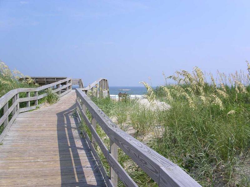 Strand Ocracoke Island, NC walkway to beach