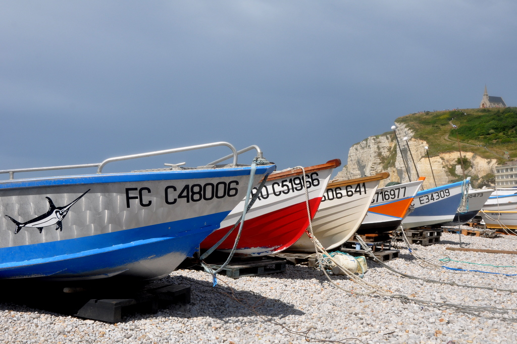 Strand von Étretat mit Blick auf die La Falaise d´Amont