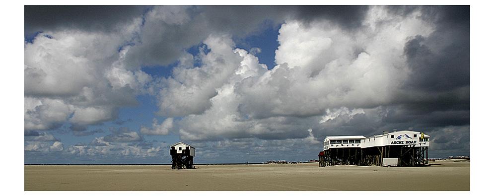 Strand, Wolken und die Arche