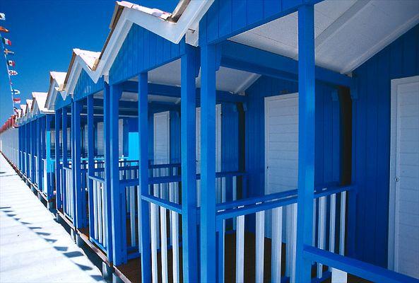 Strandhütten an der italienischen Riviera