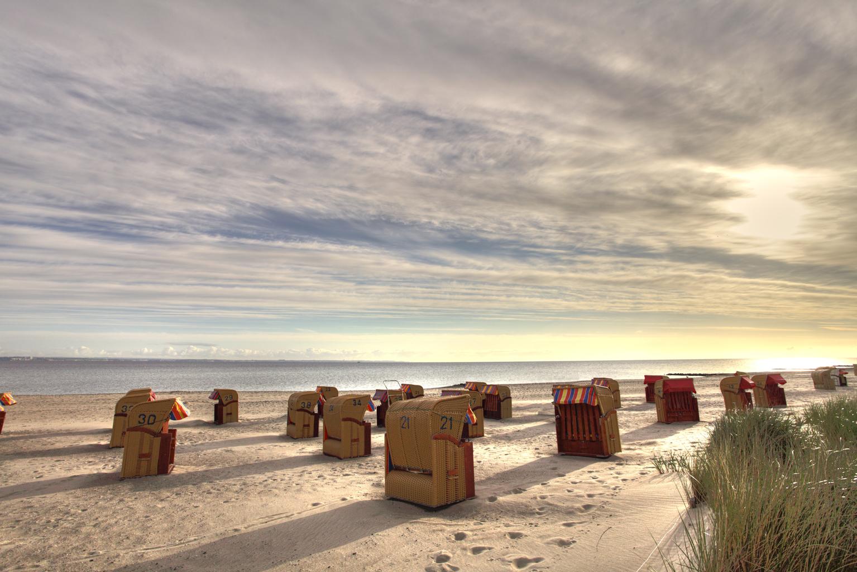 Strandkorb sonnenaufgang  Strandkörbe am Strand von Niendorf / Ostsee Foto & Bild ...