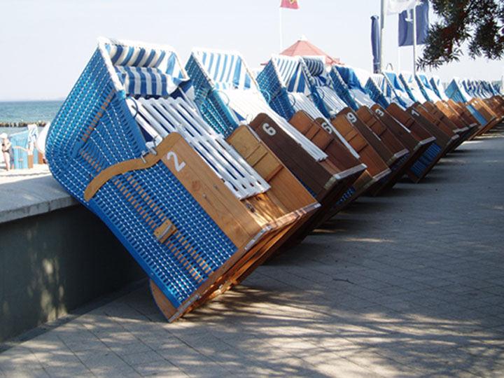 Strandkörbe warten auf die Reise ins Winterquartier