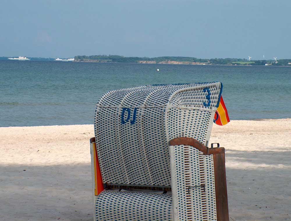 Strandkorb am strand  Strandkorb am Strand in Scharbeutz Foto & Bild | landschaft, meer ...