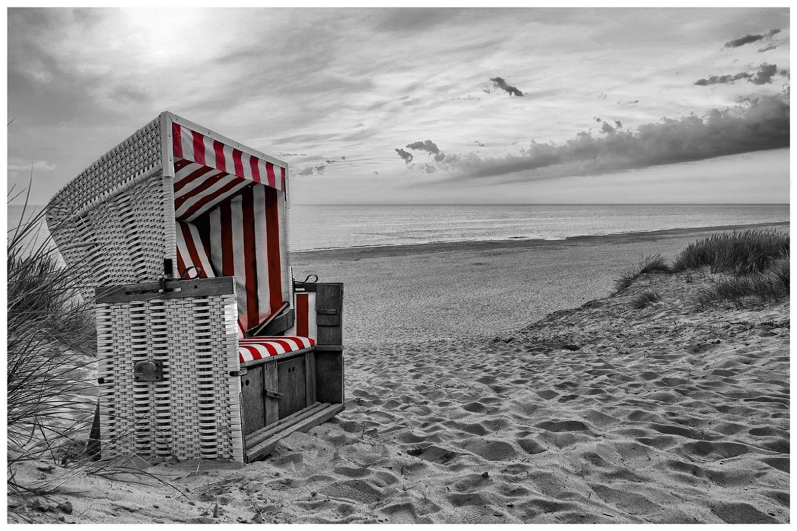 strandkorb am strand von sylt schwarz weiss teilcoloiert foto bild deutschland europe. Black Bedroom Furniture Sets. Home Design Ideas