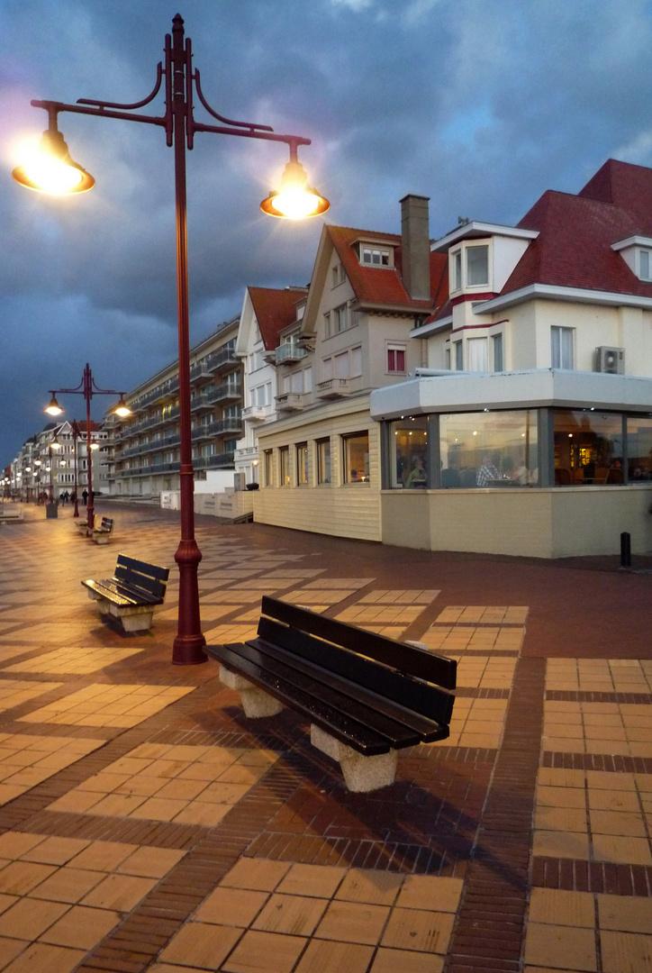 Strandprommenade zur Abendstunde in De Haan, Belgien